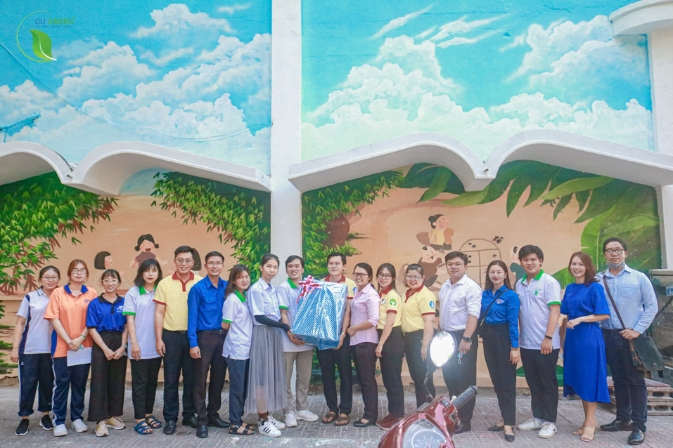 """Hoạt động """"Cải tạo mảng tường cũ, kết hợp tuyên truyền bảo vệ môi trường phục vụ cộng đồng"""" của CLB OU Green+, Trường ĐH Mở TPHCM"""